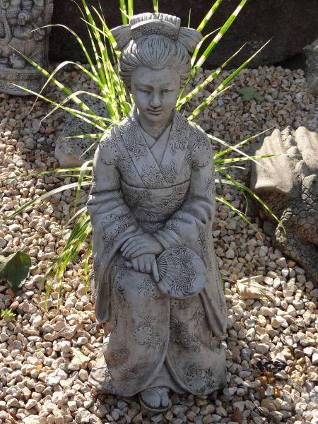 Steinfigur Geisha für den fernöstlichen Garten