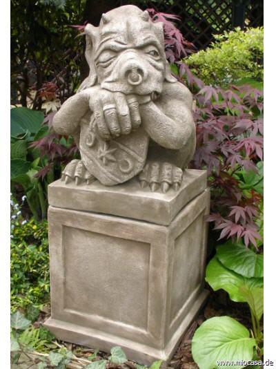 Gro er shield gargoyle schild auf sockel aus frostfestem for Gartenfiguren aus steinguss