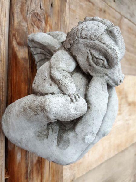 Steinfigur Drache in Hand aus Steinguss