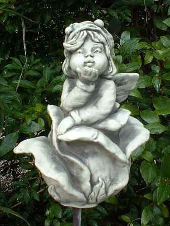 """Sprössling """"Rose"""" - Eine wunderbare Steinfigur für eine fantasievolle Gartengestaltung. Dieser süße Sprössling kann auch wieder auf einen Metallstab oder Holzstab gesteckt werden. Macht sich aber auch stehend sehr gut."""