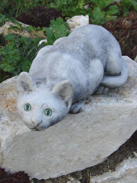 Jagende Katze aus Steinguss