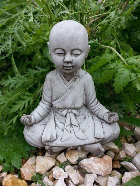 Buddha Steinfigur meditierend