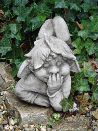 Wichtel auf dem Bauch liegend aus Steinguss, antik patiniert.