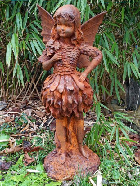 Mädchen mit Blätterkleid - Gusseisenfigur
