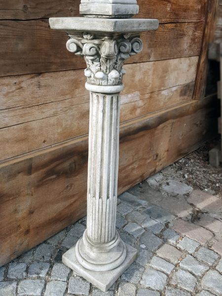 Säule mit Kapitell aus Steinguss