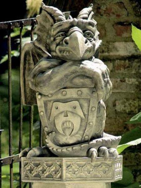 Torwächter mit Schild aus Steinguss