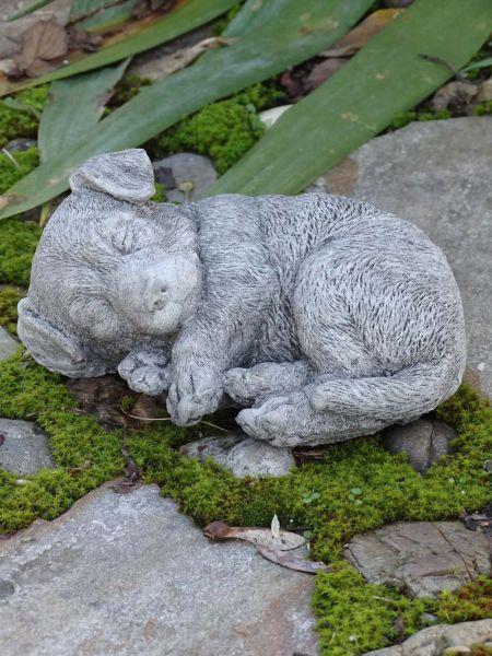 kleiner liegender hund welpe aus steinguss  gartendeko