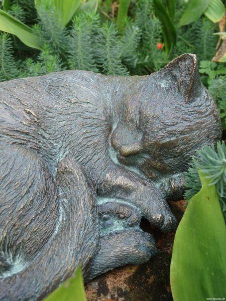 Katze Mauzi kuschelnd aus Bronze