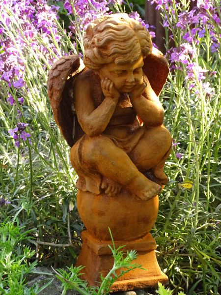 Engel auf Kugel sitzend aus Gusseisen