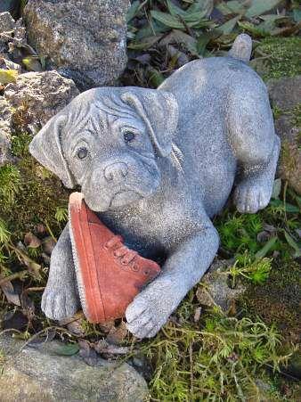 Steinfigur Hund mit Schuh - Labrador