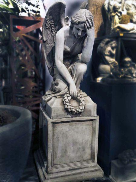 Knieender Engel auf Sockel Steinguss