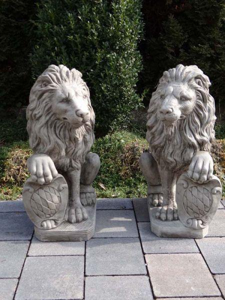 Löwenpaar mit Wappen - Löwen aus massivem Antiksteinguss