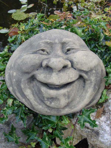 Lebender Stein lachend aus Antiksandsteinguss